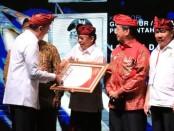 Gubernur Bali Wayan Koster menerima penghargaan Kadin Awards 2019 dari Kamar Dagang dan Industri (Kadin) Indonesia, Jumat, 29 November 2019 - foto: Koranjuri.com