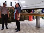Kepala Bapenda Jateng, Tavip Supriyanto, didampingi Kapolres Purworejo AKBP Indra Kurniawan Mangunsong, saat meninjau kelengkapan cek fisik kendaraan bermotor, yang dilengkapi dengan hidrolik - foto: Sujono/Koranjuri.com