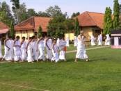 Siswa-siswa SMPN 26 Purworejo, saat mengikuti kegiatan manasik haji, Kamis (12/12/2019) - foto: Sujono/Koranjuri.com