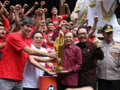 Shopee Liga 1 tahun 2019 singgah di rumah jabatan Gubernur Bali Jaya Sabha sebelum diarak keliling kota Denpasar, Senin (23/12/2019) - foto: Istimewa