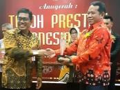 Direktur Perumda Air Minum Tirta Perwitasari Purworejo, Hermawan Wahyu Utomo saat menerima penghargaan sebagai salah satu Tokoh Berprestasi Indonesia 2019, Jum'at (20/12), di Semarang - foto: Sujono/Koranjuri.com