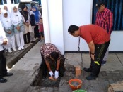 Peletakkan batu pertama oleh Ketua Yayasan Manggala Praja Adipurwa Purworejo, Bambang Aryawan, menandai dimulainya pembangunan gedung baru di Akper Pemkab Purworejo, Jum'at (27/12) - foto: Sujono/Koranjuri.com