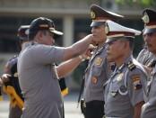 AKBP Indra Kurniawan Mangunsong, saat memimpin kenaikan pangkat 90 anggotanya - foto: Sujono/Koranjuri.com