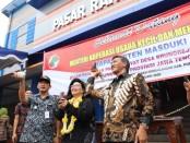 Pelepasan burung merpati, menandai diresmikannya Pasar Rakyat Bruno oleh Deputi Kementrian Koperasi dan UKM, Victoria Boru Simanungkalit, Selasa (7/1) - foto: Sujono/Koranjuri.com