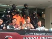 Resmob Direktorat Reserse Kriminal Umum Polda Metro Jaya membekuk pasangan suami istri spesialis pelaku pencurian motor, yaitu RW (19) alias Rendi dan M (27) alias Lia - foto: Bob/Koranjuri.com