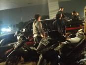 Polisi mengamankan seorang pelaku diduga kelompok geng motor, Minggu (26/1/2020) - foto: Bob/Koranjuri.com