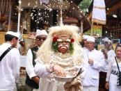 Wakil Gubernur Bali Tjokorda Oka Artha Ardhana Sukawati (Cok Ace) masolah Topeng Sidakarya - foto: Istimewa
