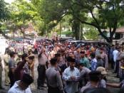Ribuan warga terdampak Bendung Bener dari delapan desa, mendatangi gedung DPRD Kabupaten Purworejo, Senin (6/1) untuk menyalurkan aspirasi mereka - foto: Sujono/Koranjuri.com