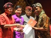 Pemberian penghargaan kepada sejumlah seniman di Bali pada acara HUT Disbud Bali tahun 2020, Selasa, 7 Januari 2020. Bersamaan dengan itu, Gubernur Bali Wayan Koster menginisiasi lahirnya Festival budaya tingkat dunia yang akan digelar kali pertama pada November 2020 mendatang - foto: Istimewa