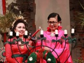 Penyalaan lilin natal oleh Putri Suastini Koster sebagai simbol terang dan semangat untuk melakukan karya dalam kehidupan. Terang dan semangat itu selaras dengan Pesan Natal 2019 yakni, 'Hiduplah sebagai Sahabat bagi Semua Orang' - foto: Istimewa