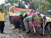 Kapolsek Bayan, Polres Purworejo, Iptu Sarbini bersama anggota, ibu-ibu Bhayangkari, dan sejumlah personel Koramil Bayan, saat melakukan penanaman pohon, Jum'at (10/1/2020) - foto: Sujono/Koranjuri.com