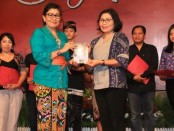 Pegiat sastra di Bali Putri Suastini Koster memberikan penghargaan kepada pemenang lomba karya cipta puisi Guru se-Bali - foto: Istimewa