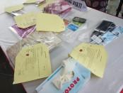Polisi menyita barang bukti yang diamankan dari para pelaku perdagangan orang sebai pekerja seks komersial - foto: Bob/Koranjuri.com