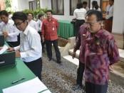 Sekda Provinsi Bali Dewa Made Indra memantau tes CPNS Provinsi Bali, Selasa, 28 Januari 2020 - foto: Istimewa