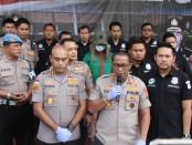 Selebritis Lucinta Luna mengenakan pakaian hijau, bertopi dan masker di wajah ketika dihadirkan dalam ekspose kasus narkoba di Polres Metro Jakarta Barat - foto: Bob/Koranjuri.com