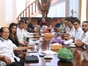 Gubernur memimpin rapat koordinasi  penanganan dampak Virus Corona terhadap pariwisata Bali, di Jayasabha, Rumah, Senin, 3 Februari 2020 - foto: Istimewa