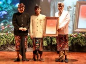 Sastrawan Bali Ida Bagus Sunu Pidada (tengah) menerima penghargaan Bali Kerthi Nugraha Mahotama pada penutupan Bulan Bahasa Bali yang kedua tahun 2020 - foto: Istimewa