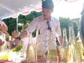Teknik meramu minuman cocktail berbahan baku Arak Bali - foto: Koranjuri.com