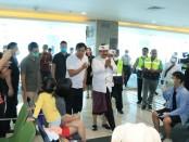 Wakil Gubernur Bali Tjok Oka Artha Ardhana Sukawati (Cok Ace) meninjau penumpang yang akan bertolak ke China di Terminal Keberangkatan Internasional, Bandara I Gst Ngurah Rai, Tuban, Badung pada Sabtu (8/2/2020) siang - foto: Istimewa