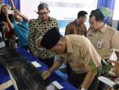 Bupati Purworejo Agus Bastian, saat menandatangani prasasti peresmian kantor Bank Jateng Cabang Pembantu Kutoarjo, Jum'at (14/2), disaksikan Dwi Agus Pramudya, Direktur Keuangan Bank Jateng - foto: Sujono/Koranjuri.com