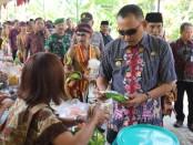 Bupati Purworejo Agus Bastian, saat meninjau para pedagang, usai meresmikan Pasar Ringgit, Kecamatan Ngombol, Jum'at (21/2) - foto: Sujono/Koranjuri.com