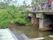 Tim SAR dibantu warga dan sejumlah elemen masih melakukan pencarian siswa SMPN Turi Sleman yang belum ditemukan - foto: Istimewa