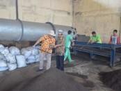 Kepala Dinas Lingkungan Hidup Kabupaten Purworejo, Bambang Setyawan, saat meninjau proses pengomposan di TPA Jetis, Loano - foto: Sujono/Koranjuri.com