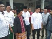 Gibran usai sholat Jumat di Masjid DPC PDI Perjuangan Kota Surakarta - foto: Koranjuri.com