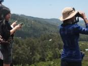 Wisatawan asal Tiongkok menikmati panorama Gunung Batur yang berada di Kintamani, Bangli - foto: Koranjuri.com