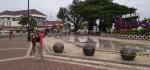 Areal Publik Alun-alun Purworejo Dibatasi, Pol PP Pasang Pita Kuning