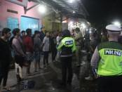 Aparat kepolisian, TNI dan Satpol PP himbau warga yang berkumpul untuk pulang guna mencegah penyebaran corona - foto: Humas Polres Boyolali