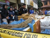 Ratusan kilogram barang bukti narkoba jenis ganja, puluhan kilogram sabu-sabu, serta ratusan pil ekstasi dan psikotropika, dimusnahkan di Polres Jakarta Barat, Selasa, 3 Maret 2020 - foto: Bob/Koranjuri.com