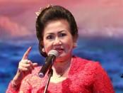 Penyair Mantra Putri Suastini Koster tampil pada Malam Apresiasi Puisi, Seni vs Korupsi, di auditorium Abdulrahman Saleh RRI, jalan Medan Merdeka Barat, Jakarta Pusat (29/2/2020) - foto: Istimewa