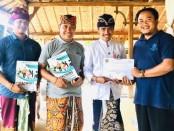Penyerahan sertifikat oleh Hotel Manager Amertha Bali Villa kepada manajemen dan peserta 'Road to Excellent Service'. Hadir dalam acara itu, Manager Operasional Taman Sari Pemuteran - foto: Istimewa