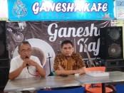 Slamet Riyadi, dari PT Adikarya Putra Cisadane (kiri), bersama Bambang Nugroho, Direktur PT Pilar Cadas Putra (kanan), saat memberikan klarifikasi, Kamis (12/3), di Cafe Ganesha Hotel Purworejo - foto: Sujono/Koranjuri.com
