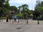 Wisatawan mancanegara masih mendatangi obyek wisata Pura Taman Ayun, Sabtu, 21 Maret 2020. Namun mereka tidak bisa mengakses hingga ke dalam areal Pura karena untuk sementara ditutup untuk memutus penyebaran covid-19 - foto: Koranjuri.com
