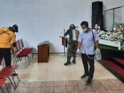 Antisipasi penyebaran virus Corona (Covid-19), Kelurahan Purworejo  melakukan semprot disinfektan massal pada tempat-tempat peribadatan, Senin (23/3) - foto: Sujono/Koranjuri.com