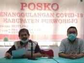 dr Darus, juru bicara Posko Penanggulangan Covid-19 Kabupaten Purworejo (kiri), didampingi dr. Tolkha Amaruddin, Sp.THT-KL, M.Kes. - foto: Sujono/Koranjuri.com