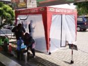 Samsat Purworejo kini telah dilengkapi dengan ODS (Outdoor Disinfectan Spray) atau bilik disinfektan, yang berfungsi untuk mensterilkan para pengunjung Samsat, baik itu masyarakat maupun petugas, sebelum menuju ruang pelayanan - foto: Sujono/Koranjuri.com