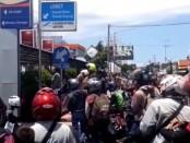 Antrian pelintas yang hendak menyeberang dari pelabuhan Ketapang, Jawa Timur, menuju Pelabuhan Gilimanuk Bali sempat tertahan, Senin, 30 Maret 2020 (img-screenshot)