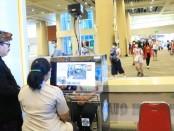Wagub Bali Tjokorda Oka Artha Ardhana Sukawati memantau alat body thermo scanner di terminal kedatangan internasional Bandara Ngurah Rai Bali - foto: Istimewa