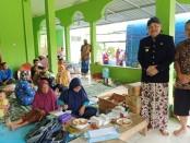 Bupati Purworejo Agus Bastian saat mengunjungi para pengungsi korban banjir di Desa Bapangsari, Bagelen, Kamis (5/2) siang - foto: Sujono/Koranjuri.com