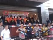 Polres Metro Jakarta Barat meringkus enam orang berinisial JR, AK, CTB, WK, MH dan AST tersangka penjual senjata api ilegal - foto: Bob/Koranjuri.com