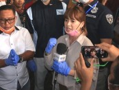 Artis Chika Jessica bersama selebritis tanah air Okan Cornelius dan komedian Narji Cagur, ikut membagikan masker dan cairan antiseptik tangan, bersama jajaran Polda Metro Jaya, Kamis, 19 Maret 2020. - foto: Bob/Koranjuri.com
