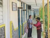 Untuk mencegah penyebaran corona virus disease (Covid-19), SMK Kesehatan Purworejo melakukan gerakan disinfektanisasi - foto: Sujono/Koranjuri.com
