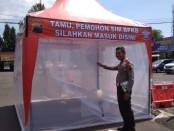 Masyarakat yang akan memasuki Satlantas Polres Purworejo, wajib menjalani sterilisasi di ruang sterilisasi, sebagai upaya pencegahan penyebaran virus Corona - foto: Sujono/Koranjuri.com