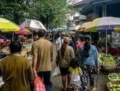 Suasana Pasar Umum Gianyar yang banyak dikunjungi oleh masyarakat untuk berbelanja, Senin (30/3/2020) - foto: Catur/Koranjuri.com