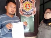 Tri Aji Sumbodo, pelaku pengunggah status negatif Damkar, saat meminta maaf dan membuat surat pernyataan bermeterai di Kantor Satpol PP Damkar - foto: Sujono/Koranjuri.com