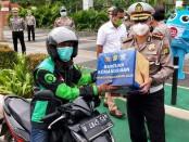 Pemberian bantuan kemanusiaan kepada pengemudi ojek online saat apel Operasi Keselamatan Jaya 2020 di Senayan, Jakarta, Senin, 6 April 2020 - foto: Bob/Koranjuri.com