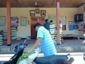 Masyarakat di Desa Batuan Sukawati yang mengantri untuk mendapatkan beras gratis, Kamis (2/4/2020) - foto: Catur/Koranjuri.com